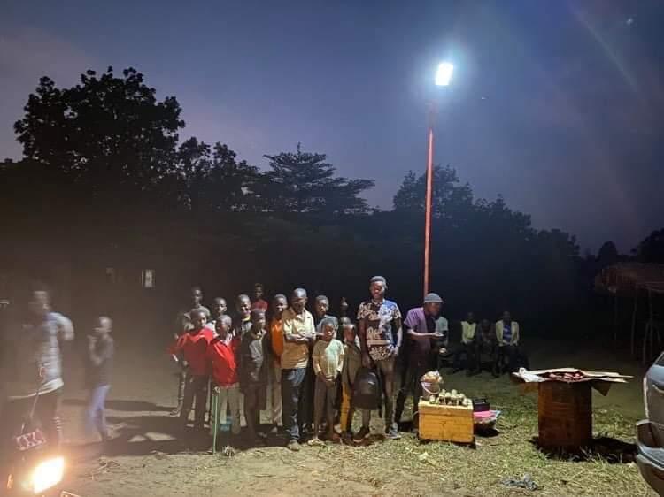 Rdc energie: Hervé rend l'éclairage possible dans une rue de maluku